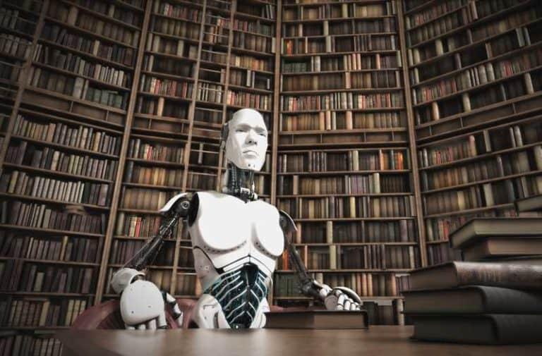 Een bibliotheek met een bureau waarachter een robot zit