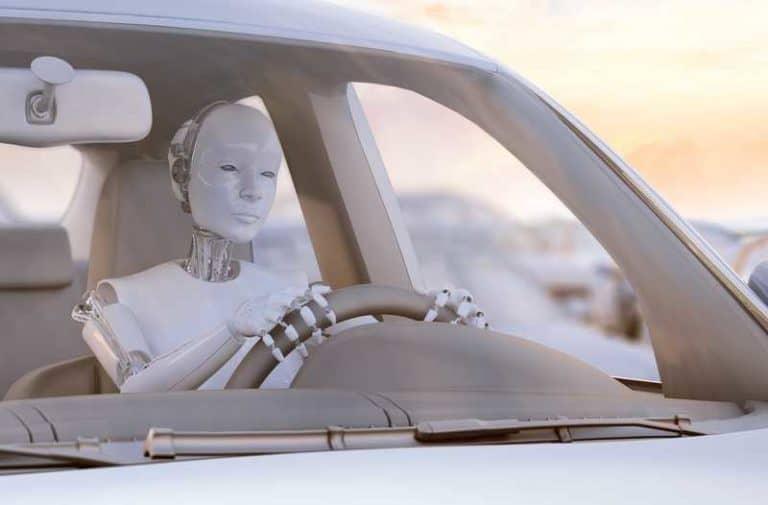 Een witte robot zit achter het stuur van een auto