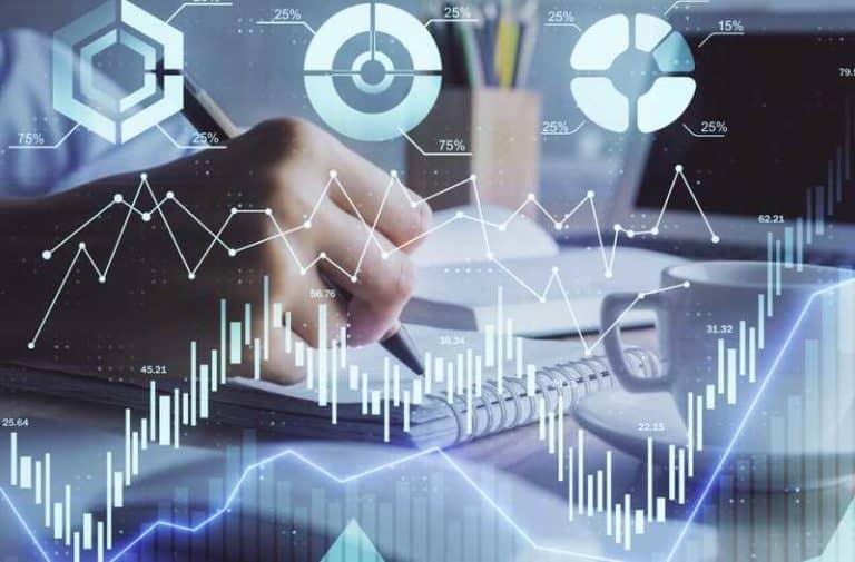 Een man in pak tekent een virtuele grafiek op een digitaal scherm met punten en lijnen en een cirkeldiagram