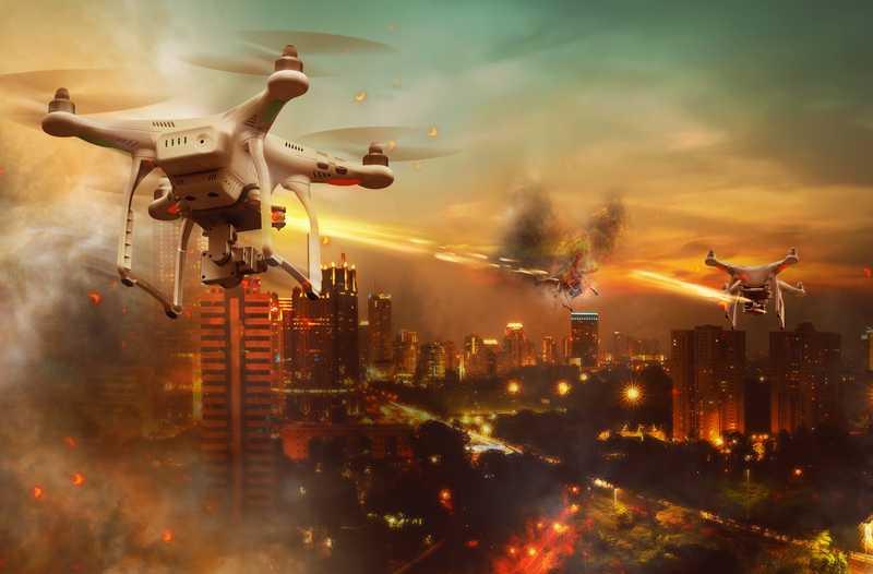 Een drone vliegt boven een verlichte stad met een oranje gloed