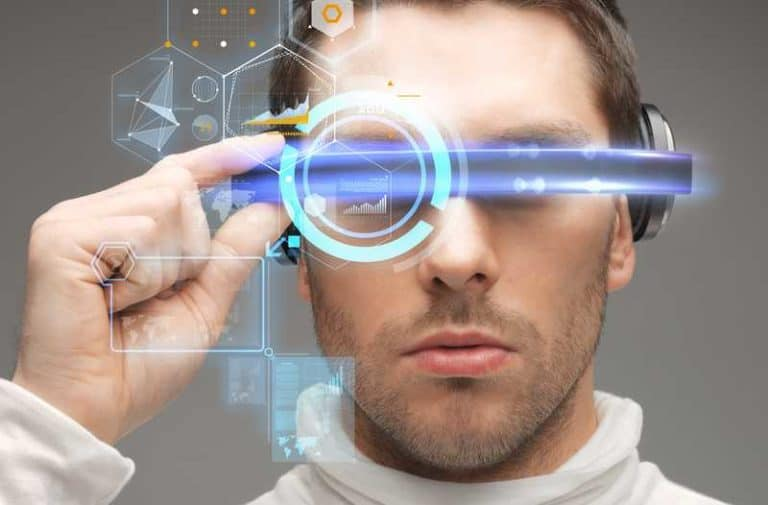Een man met een futuristische bril met daar omheen digitale lijnen en pictogrammen