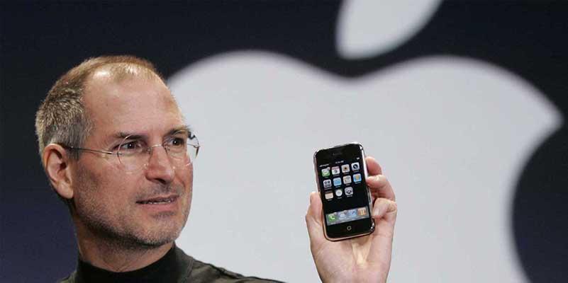 Steve Jobs houdt Apple iPhone vast