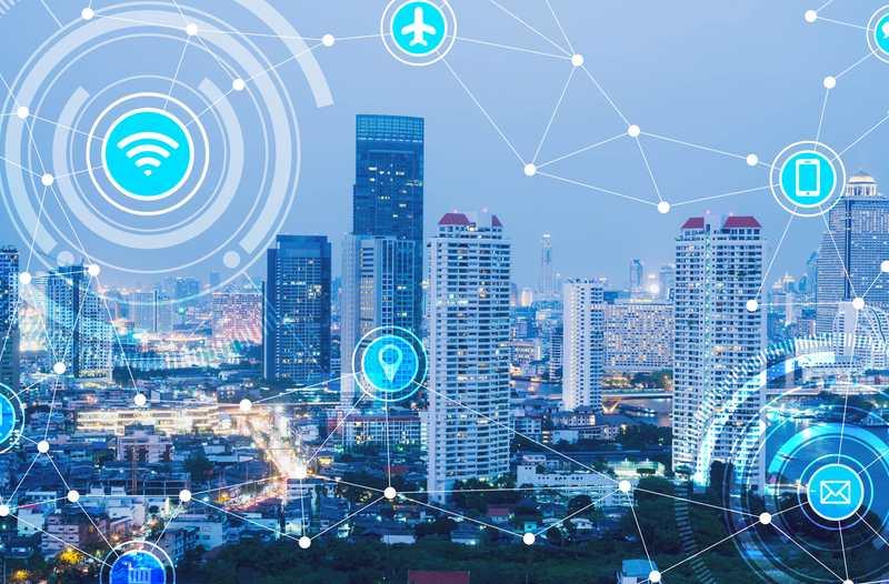 Stad met wolkenkrabbers in de avond met wifi-icoontjes