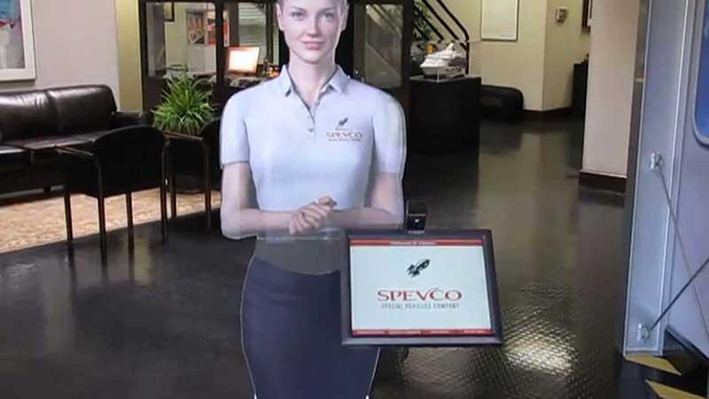 Hologram van vrouw in een lobby met een scherm ernaast