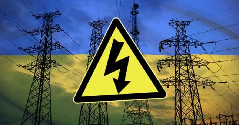 Geel schokwaarschuwingsbord over elektriciteitskabels