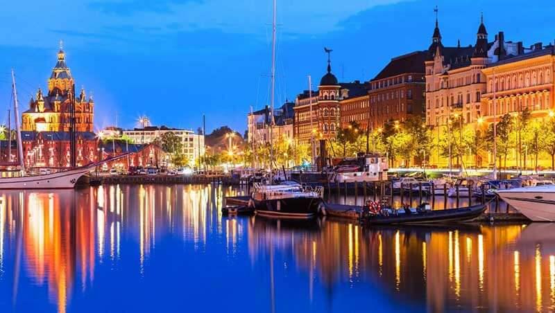 Kleine bootjes aangemeerd in de oude haven van Helsinki in de avond