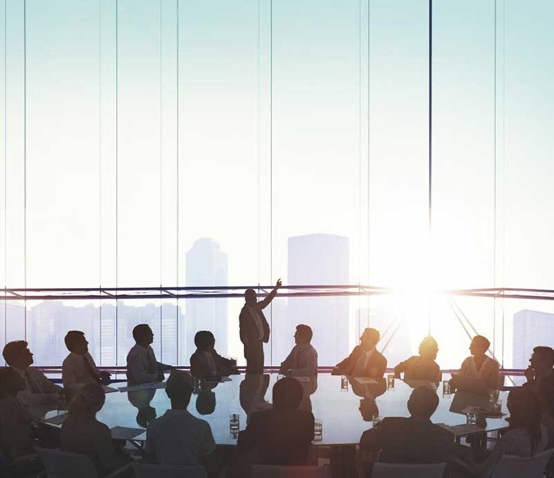 Personen die een kantoorvergadering bijwonen