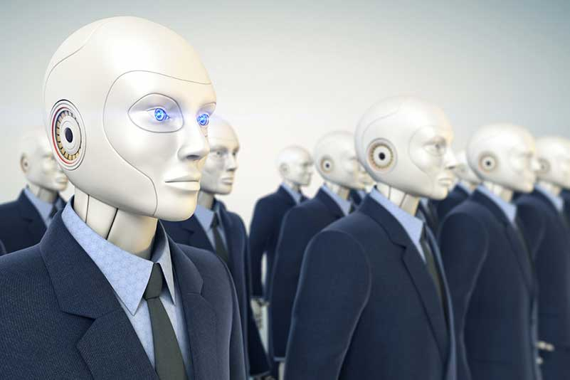 Een aantal robots in pak die stilstaan en vooruit kijken