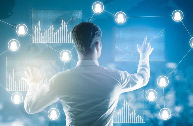 Jonge man steekt twee handen uit naar een futuristisch holografisch digitaal netwerk