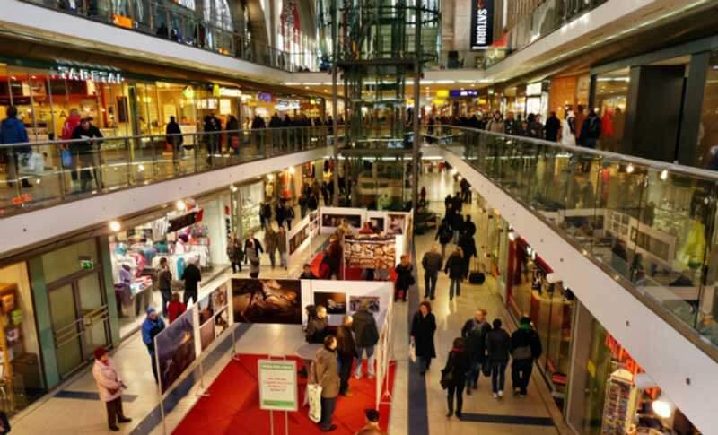 Afbeelding van een druk winkelcentrum