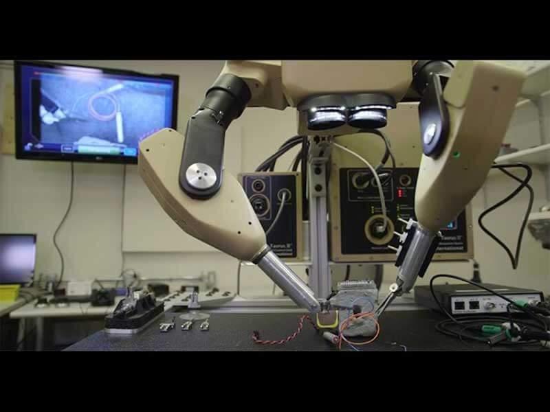 Chirurgische robotarmen manipuleren objecten in een laboratorium