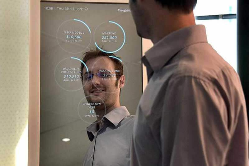 Jongeman kijkt naar zichzelf in een spiegel met financiële informatie
