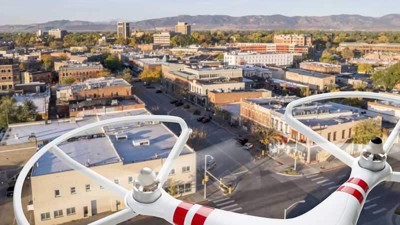 Afbeelding genomen vanuit het perspectief van een drone met een stad eronder
