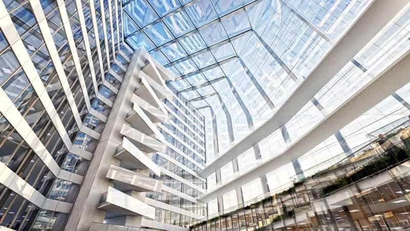 Het interieur van een gebouw met een glazen plafond van onderen gefotografeerd