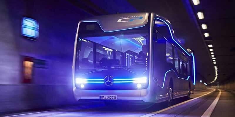 Een bus rijdt door een tunnel met futuristische blauwe lijnen aan de zijkant