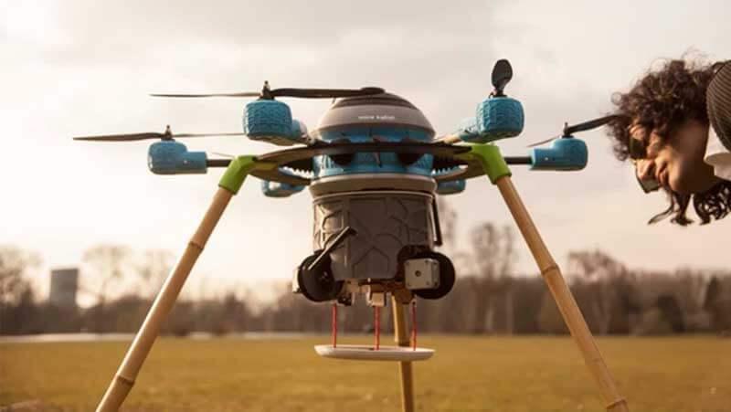 Een man inspecteert de Mine Kafon-drone die in een veld staat