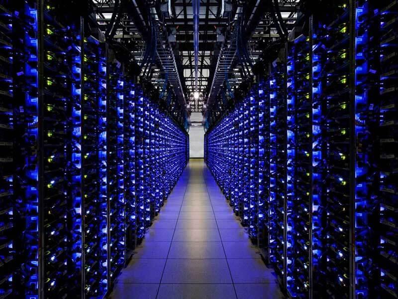 De binnenkant van een Google datacenter dat blauw licht geeft