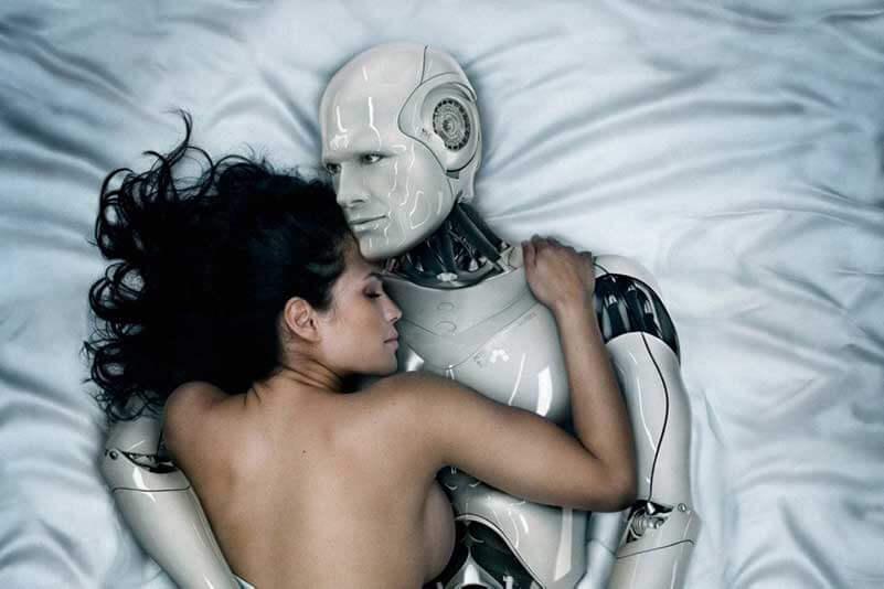 Een naakte vrouw ligt in de armen van een robot in een bed met satijnen lakens