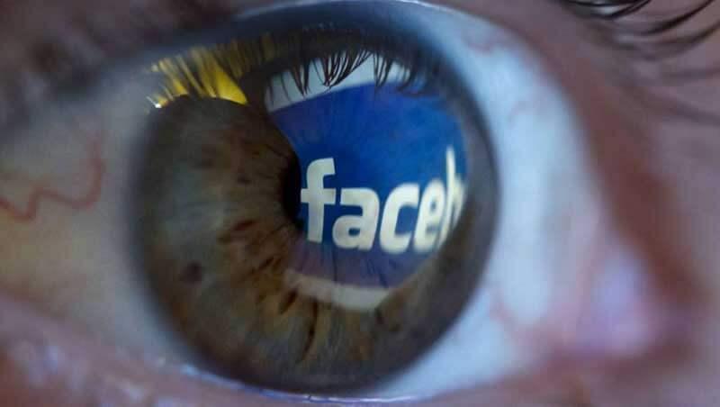 Menselijk oog met daarin de reflectie van het Facebooklogo