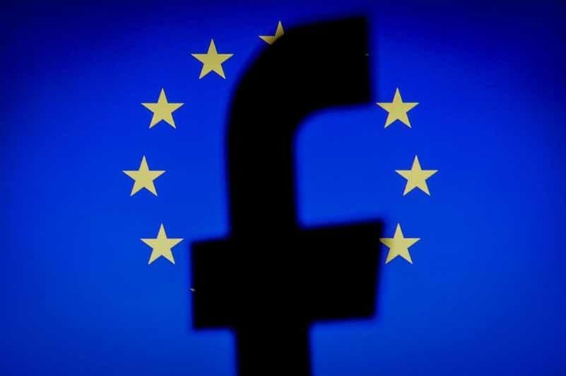 Silhouet van het Facebooklogo met een EU-vlag op de achtergrond