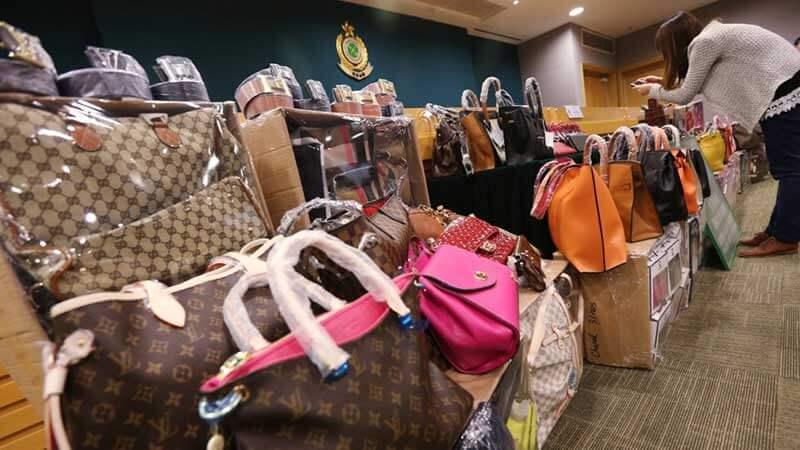 Een dame maakt een foto van een berg namaak-designertassen