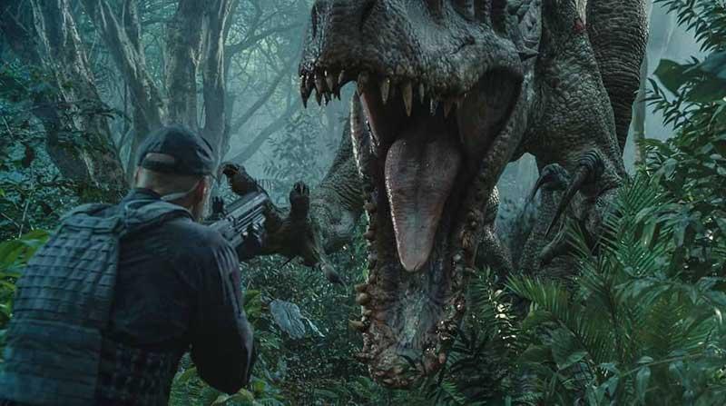 Een man met een vuurwapen richt op een dinosaurus in een filmscène