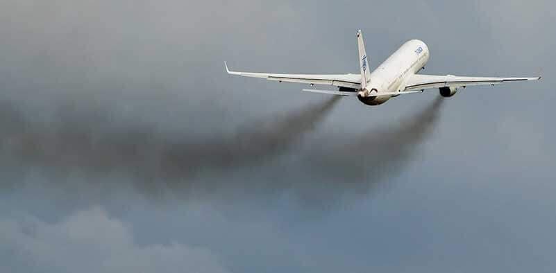 Vliegtuig stijgt op en vervuilt lucht met grijze wolken