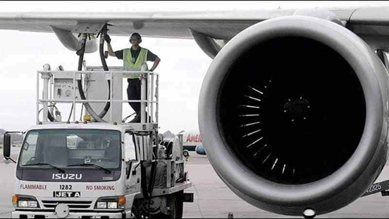 Man in auto voorziet vliegtuig van brandstof