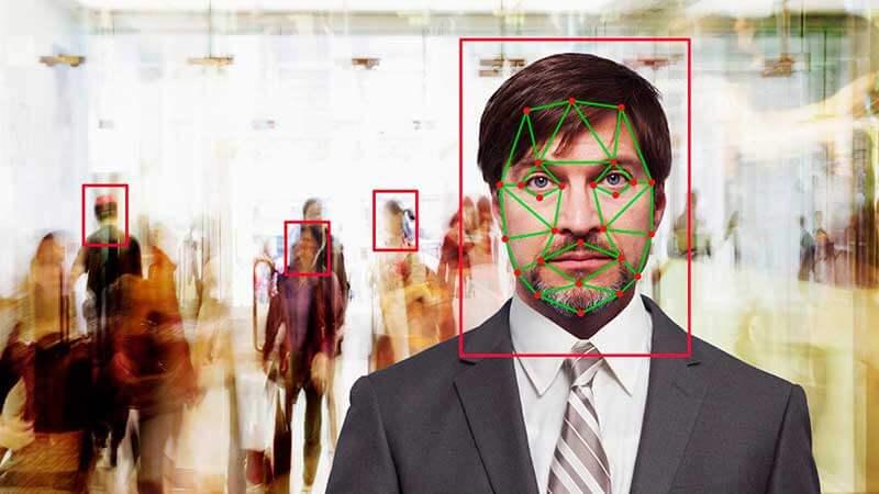 Biometrisch systeem scant gezicht van man op vliegveld