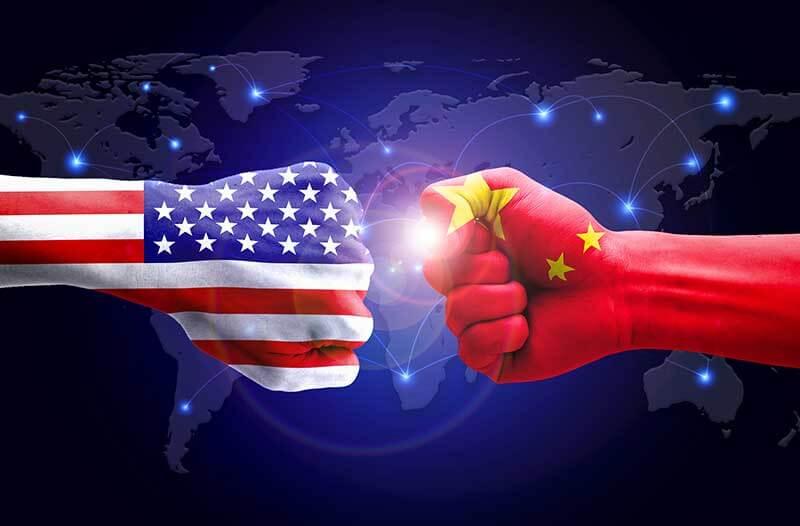 Vuist met Amerikaanse vlag en vuist met Chinese vlag boksen tegen elkaar