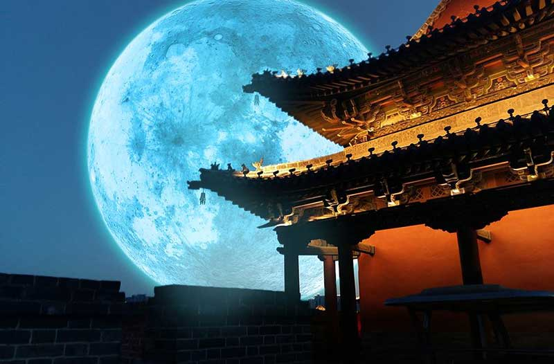 Volle maan achter Chinese tempel
