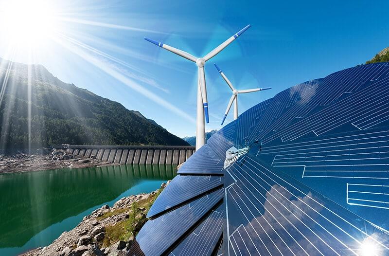 Windmolens en zonnepanelen in groen landschap met berg