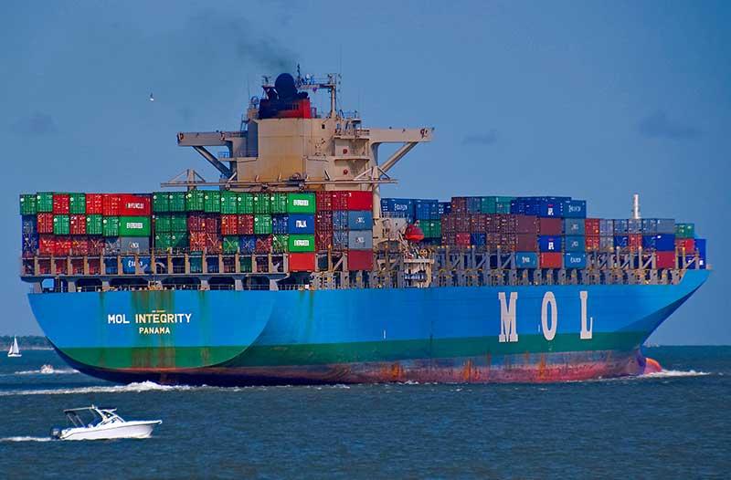 Vrachtschip met gekleurde containers aan boord