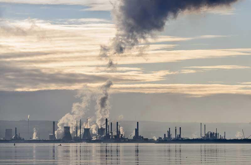 Meer met fabrieken die de lucht vervuilen met giftige rook|Lake with factories blowing smoke into the air|