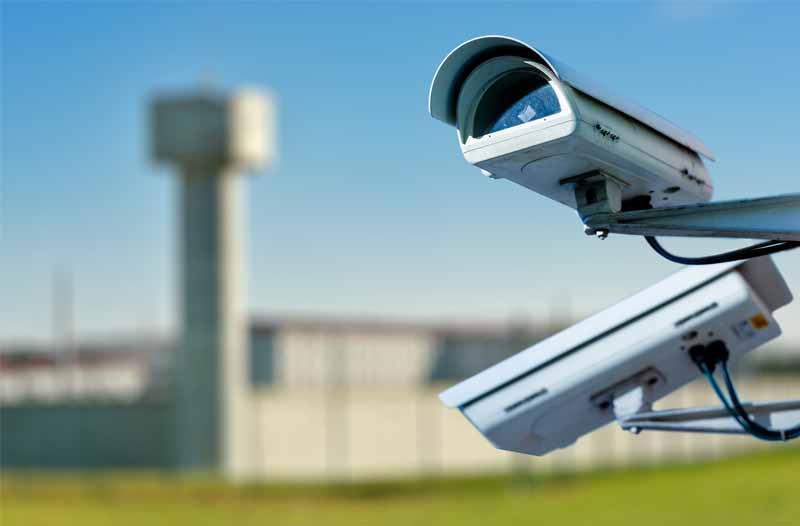 Surveillancesysteem met twee camera's aan de buitenkant van een gevangenis