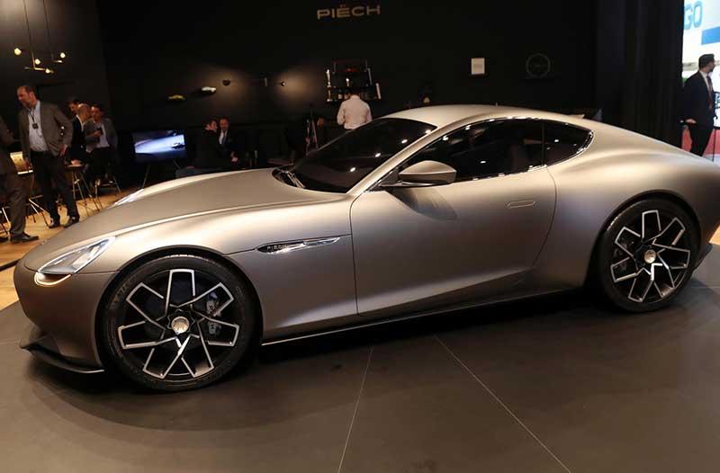 Zilvergrijze luxe elektrische auto Piëch Mark Zero staat geparkeerd in een showroom