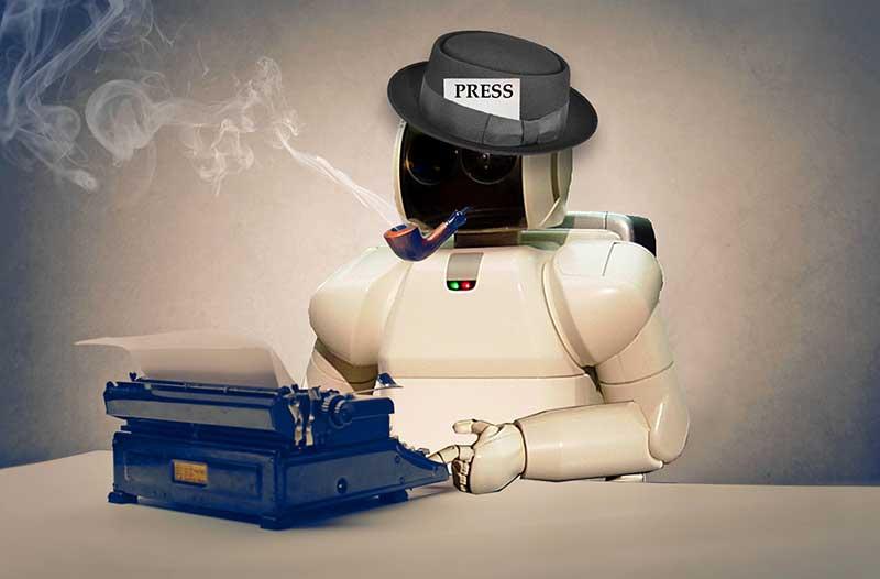 Een witte robot met een zwarte hoed met het woord 'press' en een pijp zit aan een bureau met een typmachine