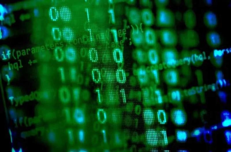 Computerscherm met binaire code in groen- en blauwtinten