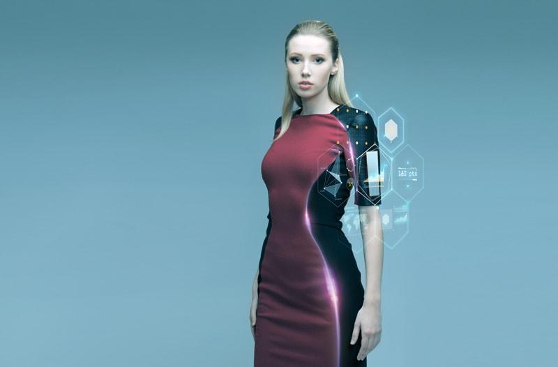Vrouw met lang haar draagt een slimme, rood-zwarte jurk met ingebouwde technologie