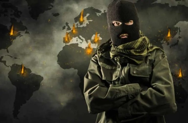 Donkere wereldkaart met explosies en man met bivakmuts