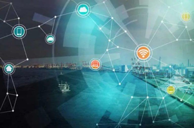 Een city skyline met een doorzichtige digitale overlay met gekleurde pictogrammen en witte lijnen en punten
