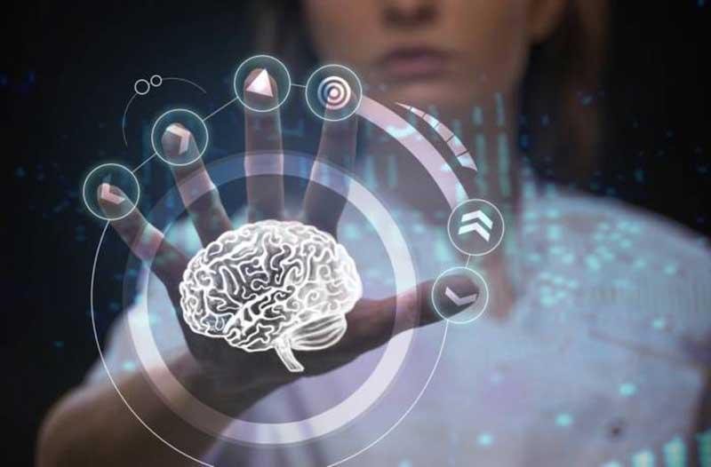 Vrouw raakt digitaal scherm aan met afbeelding van hersenen