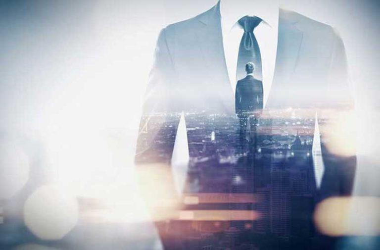 Een man in een pak kijkt naar een stad