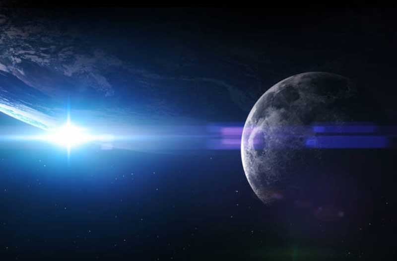 De Maan met de Aarde met zonlicht op de achtergrond