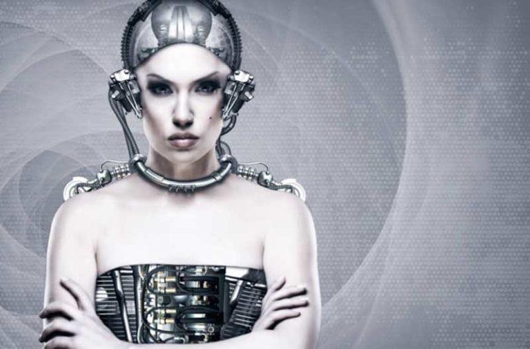 Vrouwelijke cyborg met de armen over elkaar