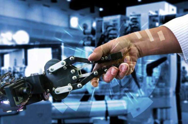 Een menselijke hand en een zwarte robothand schudden elkaar de hand