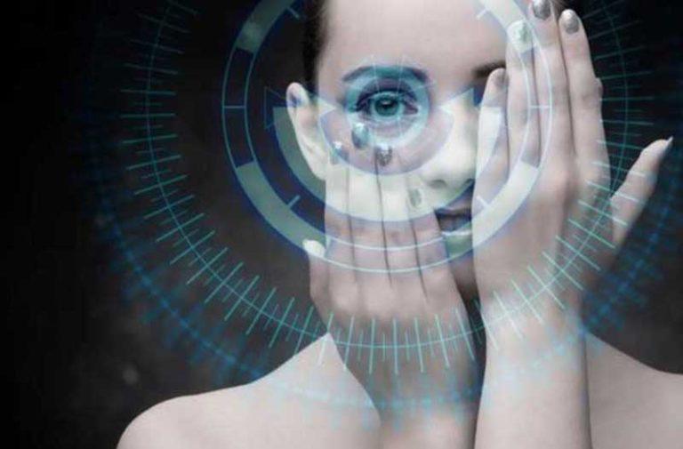 Een vrouw houdt haar handen voor het gezicht met daarvoor een digitale overlay bestaande uit cirkels, lijnen en data, gericht op haar oog