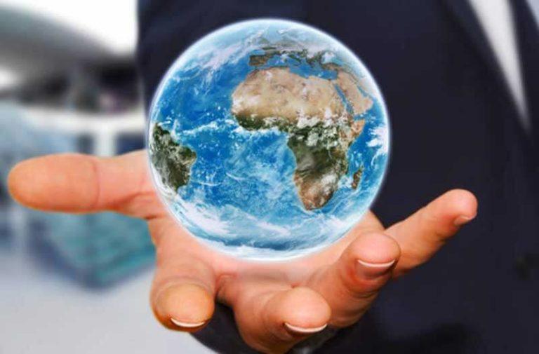 Hologram van de Aarde zweeft boven een hand