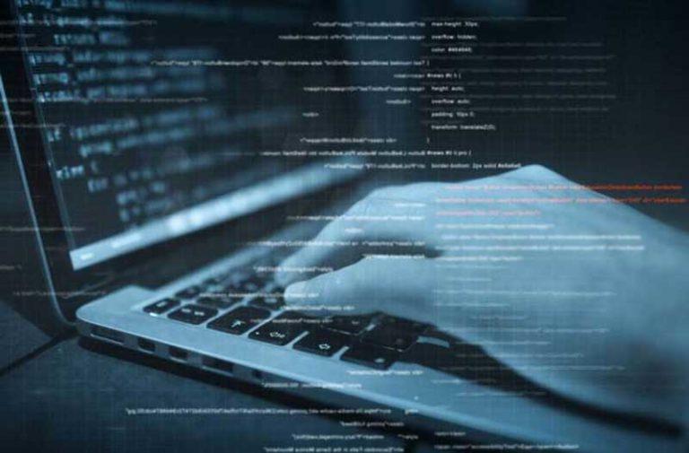 Hand typt op laptop keyboard