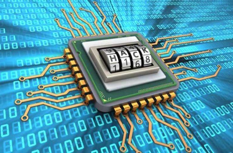 Microchip met het woord 'hack' op een blauwe achtergrond met binaire code